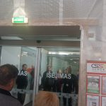 """Sugedusios prekybos centro """"Mega"""" durys lankytojus privertė ieškoti kito įėjimo ir išėjimo."""