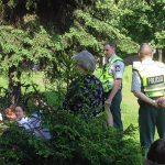 """Akcijos """"Gyvenimas per brangus"""" susėdę ant žolės dalyviai sukėlė  įtarimų Kauno policijai (video)"""