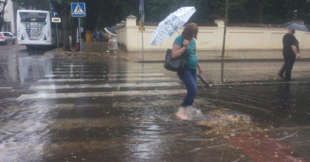"""Į """"Akropolį"""" ar Kauno autobusų stotį pabraidyti po balas"""