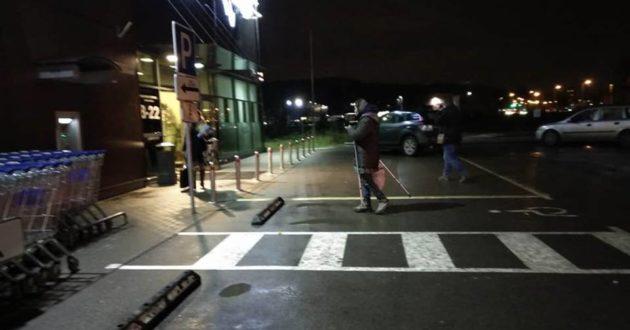 Išmaldos prašytoja prie Maksimos Kaune su mobiliu telefonu ir ramentais dėl vaizdo
