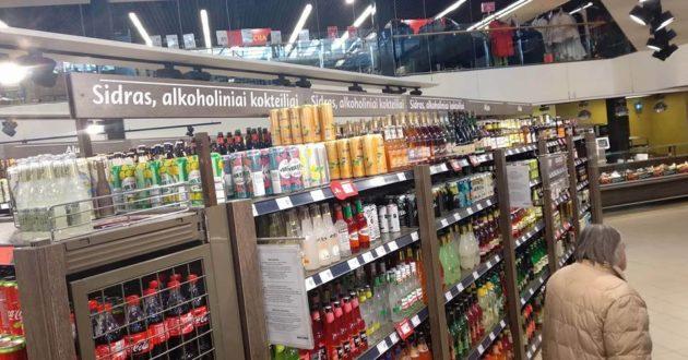 Prekybos centrų realybė-lentynos su alkoholiu aukštėja ir ilgėja, nepraeiti pro jas neįmanoma