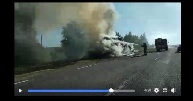 Kelyje Jurbarkas -Klaipėda ties Smalininkais užsidegė priekaba su šienu