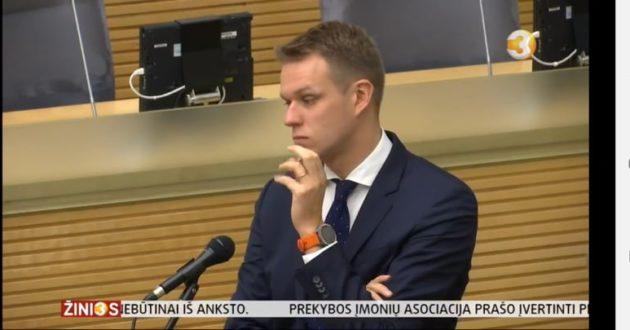 Seime G.Landsbergis pademonstravo savo naują laikroduką- jo vertė apie 300EUR.