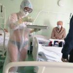 Medicinos darbuotoja uždavė mįslę, pasirodžius užsikrėtusiems koronavirusu su maudymosi kostiumėliu privertė juos geriau jaustis.