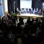 """Rinkimų debatuose Tauragėje už užrašą ant marškinėlių """"korupcija užkniso juodai"""" buvo iškviesta policija"""