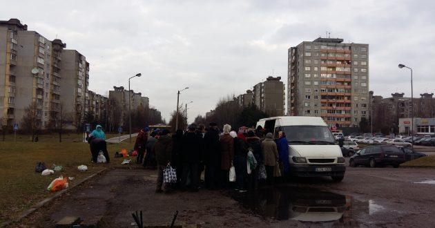 Dviguba Lietuva-  prie nemokamai dalinamos košės  Kauno centre nusidriekė eilės (video)