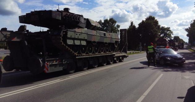 Galingai vokiškų tankų kolonai su Lietuvos vairuotojais prasilenkti buvo sudėtinga (video)