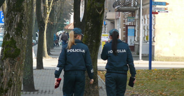 Kaune iš šešto aukšto balkono  iškrito policijos pareigūnė