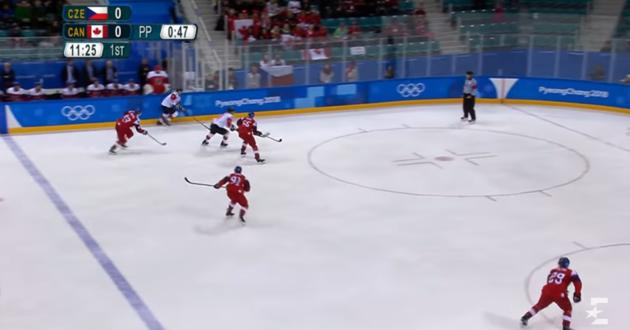 Olimpiados ledo ritulio rungtynės vyko Ukrainos vėliavos spalvų fone
