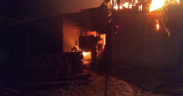 Kauno rajone sudegė pastatas su automobiliu ir traktoriumi
