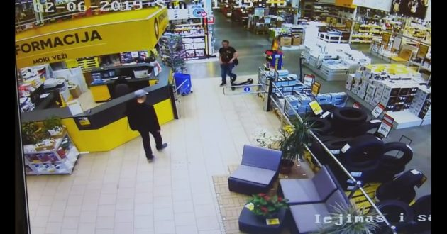 Kaip iš Moki-Veži buvo pavogtas paspirtukas- apsaugos video-kamerų įrašas