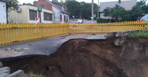 Po liūties Vilkijoje nuplovė dalį kelio Jurbarkas -Kaunas