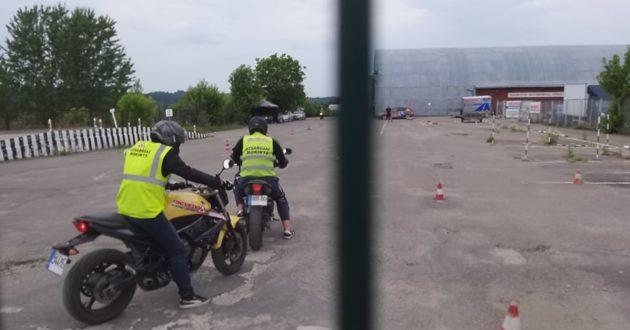 Kaip reikia mokėti manevruoti motociklu norint išlaikyti teises