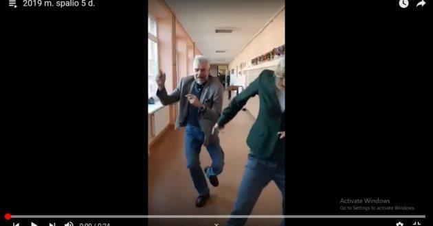 """Kulautuvos mokyklos  mokytojo šokis su mokiniais per pertrauką- """"gurkšnis"""" pozityvumo. (video)"""
