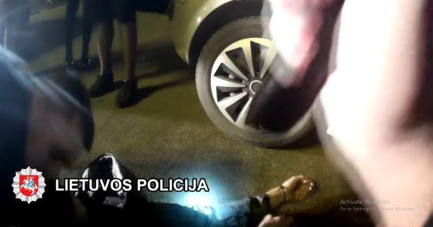 Klaipėdoje automobilyje policininkų rastas jaunuolis mirė pakeliui į ligoninę- pareigūnai išplatino video