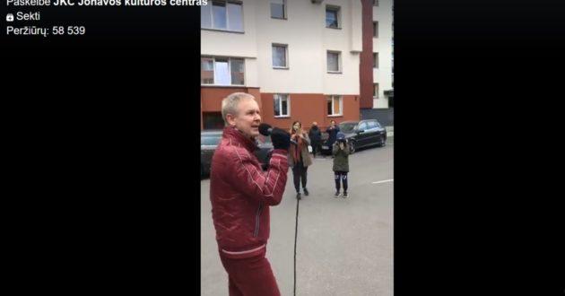 Internetas šėlsta, buvęs Seimo antikorupcijos komisijos pirmininkas surengė koncertą tarp Jonavos daugiabučių