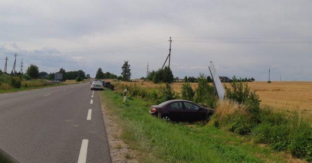 Klastinga Kulautuvos sankryža, nespėjus iš griovio ištraukti vieno į jį įlėkė dar vienas automobilis